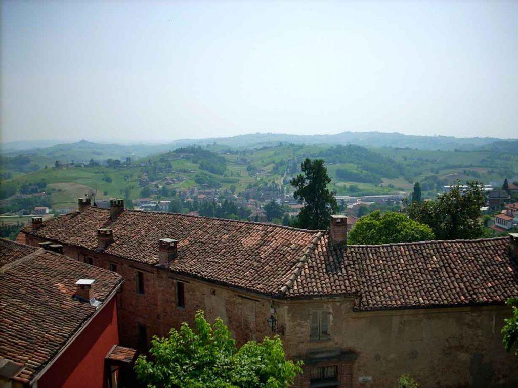Lungo i sentieri del Boscogrande, tra relax e buona tavola: vacanza a Montegrosso d'Asti
